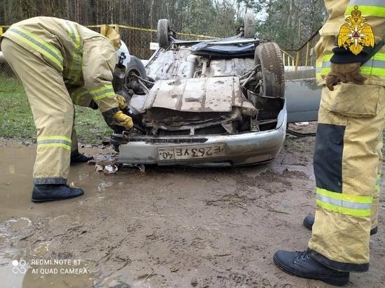 Несколько человек пострадало в перевернувшейся легковушке под Калугой