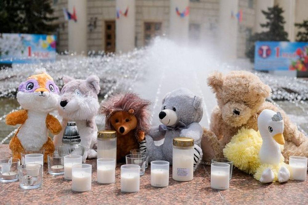 Волгоградцы почтили память погибших в ДТП детей игрушками и цветами