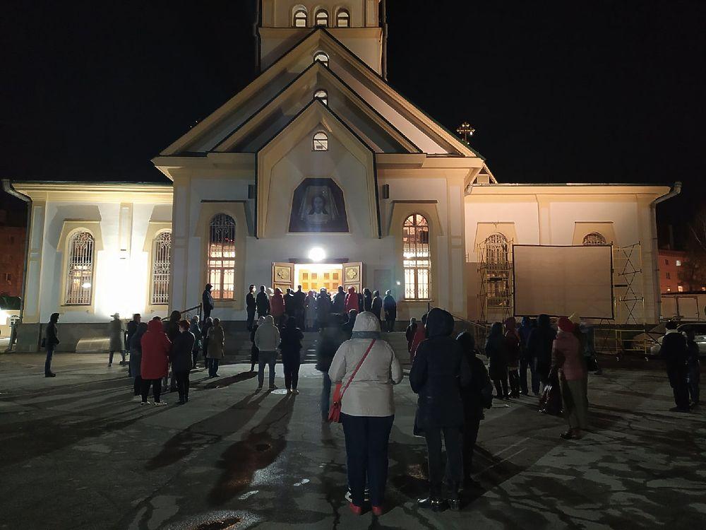 Ночь перед Пасхой: фото с праздничной службы в Вознесенском соборе Новосибирска