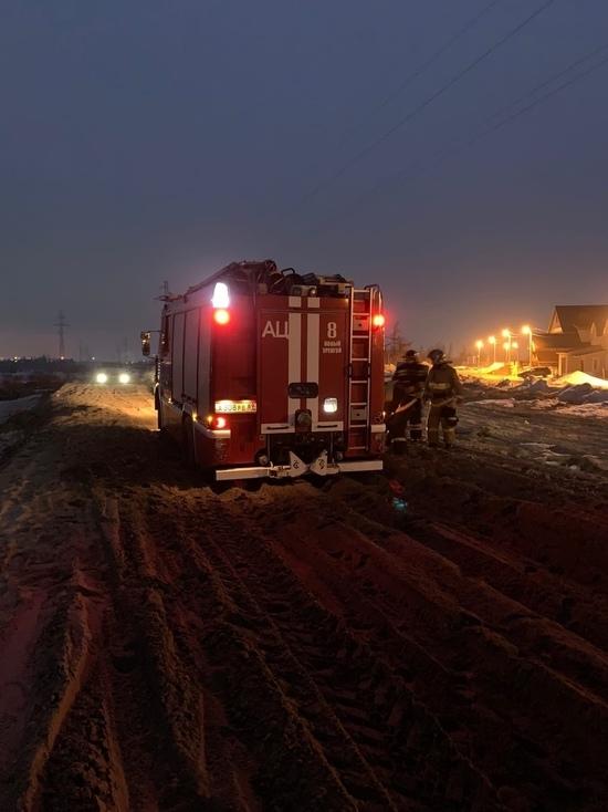 Пожарная машина застряла на размытой дороге Нового Уренгоя по пути на вызов