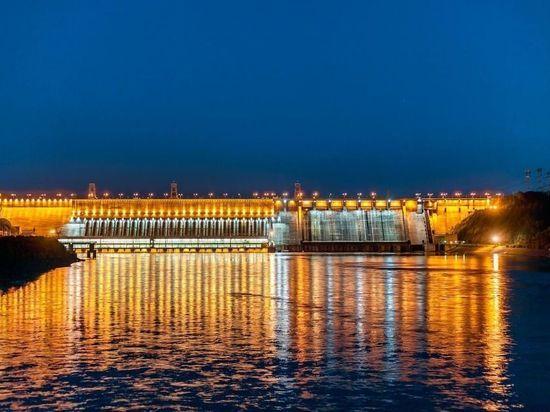 На Красноярской ГЭС в честь майских праздников включили подсветку