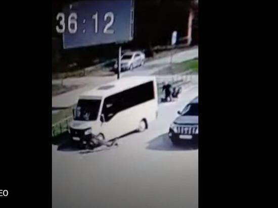 В Омске любитель алкоголя украл коньяк и попал под маршрутку