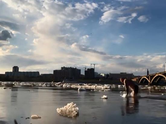 Красноярец устроил заплыв среди льдин в Енисее