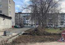 В субботу, 1 мая, в Барнауле во дворе дома на улице Островского, 15 начали демонтировать бордюры и делать разметку территории.
