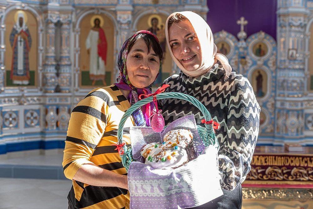 Пасху в ЯНАО отметили богослужениями и освящением куличей: фоторепортаж