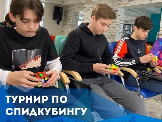 Школьники Муравленко соревновались в сборке кубиков Рубика на скорость