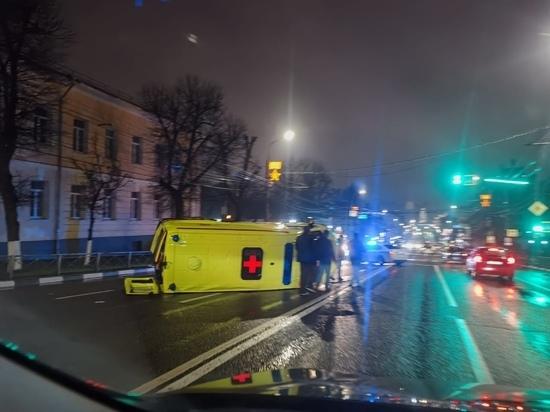 В Туле на проспекте Ленина столкнулись легковушка и машина скорой помощи