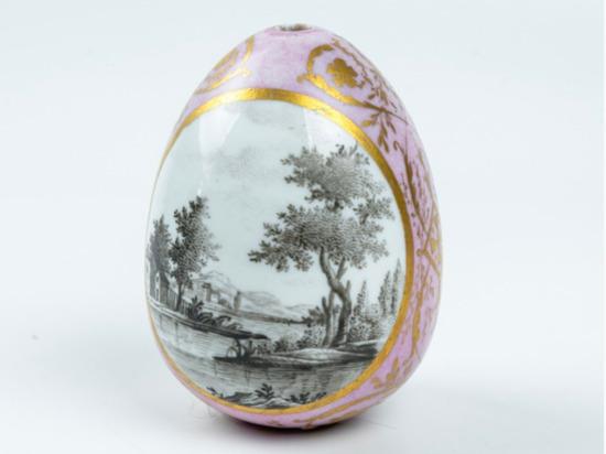 В Новосибирске открылась выставка фарфоровых пасхальных яиц
