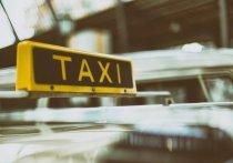 В Красноярске водитель такси обманул пенсионерку