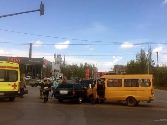 Шесть человек попали в больницу после ДТП с маршруткой в Волгограде