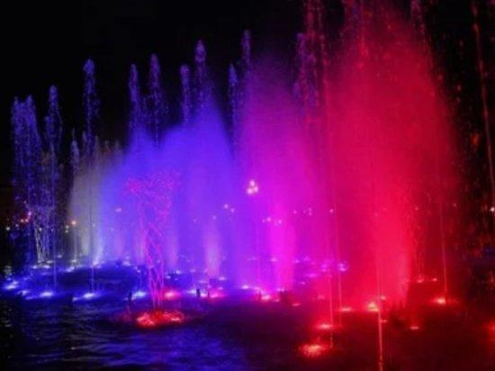 В Челябинске начал свою работу светомузыкальный фонтан