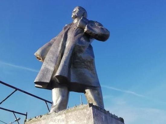 В Новосибирской области третий год пытаются отреставрировать безрукий памятник Ленину