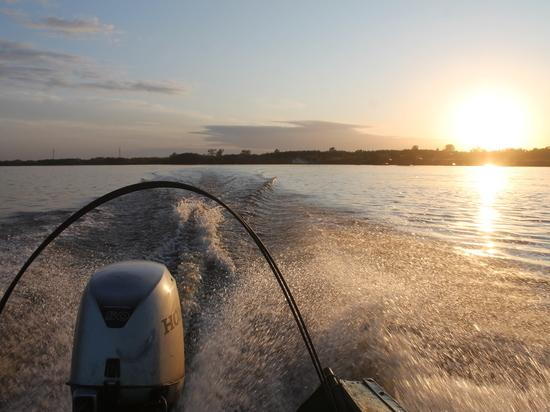 В Приморском районе ведутся поиски трёх человек, выпавших из лодки