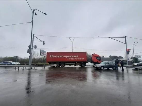 """Фура """"Великолукского мясокомбината"""" столкнулась с автомобилем в Пскове"""