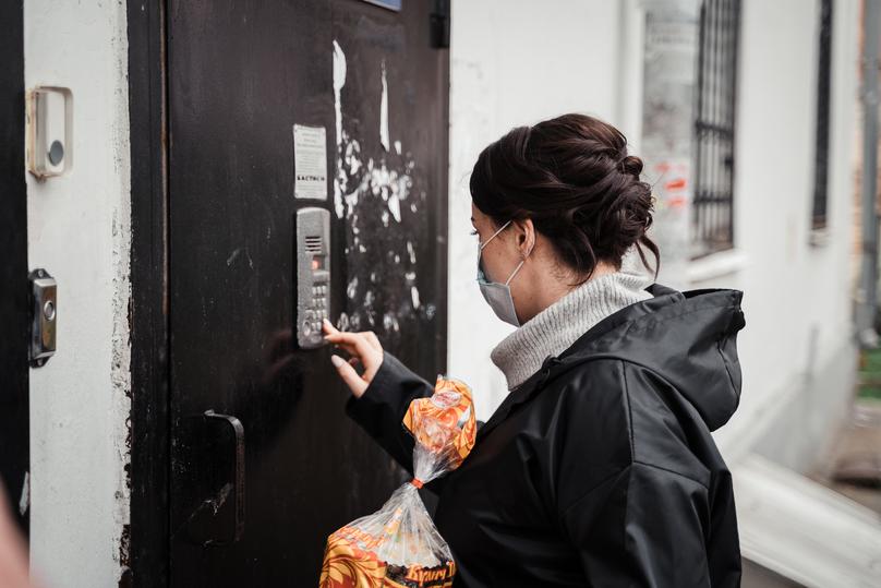Волонтёры проекта #МыВместе раздали полсотни пасхальных куличей людям с особенностями здоровья