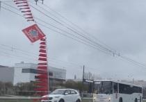 «Победная» перетяжка на проспекте Ветеранов сорвалась от порыва ветра