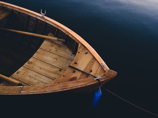 В сеть попали кадры плывущего по улицам Новокузнецка на лодке мужчины