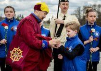 Школьники из Питера передали капсулу с землей для мемориального комплекса в Бурятии