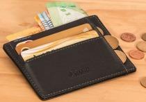 В июле 2020 года житель Красноярска обронил в салоне такси визитницу с банковскими картами, а после обнаружил пропажу денег со счета