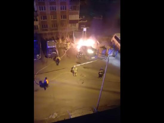 Пожарные Магадана тушили ночью машину