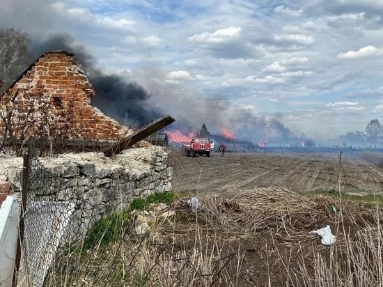 В Рязанской области из-за возгорания сухой травы сгорели 10 домов и хозпостроек