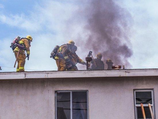 Женщину и двоих детей госпитализировали после пожара в селе под Омском