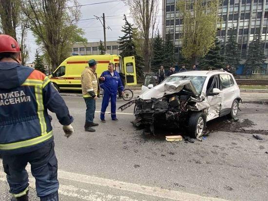 Утром в Саратове три человека пострадали в массовом ДТП