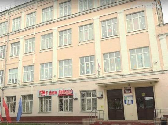 Школы Брянска украсили окна победной символикой