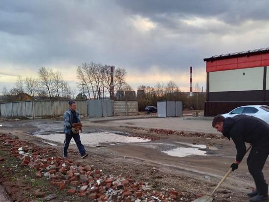 В Кирове горожане по своей инициативе проводят ямочный ремонт дороги