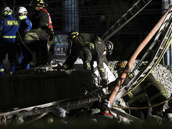 Момент крушения метромоста в Мехико попал на видео
