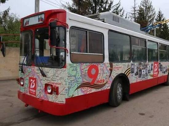 По Брянску начал курсировать троллейбус с патриотическим дизайном