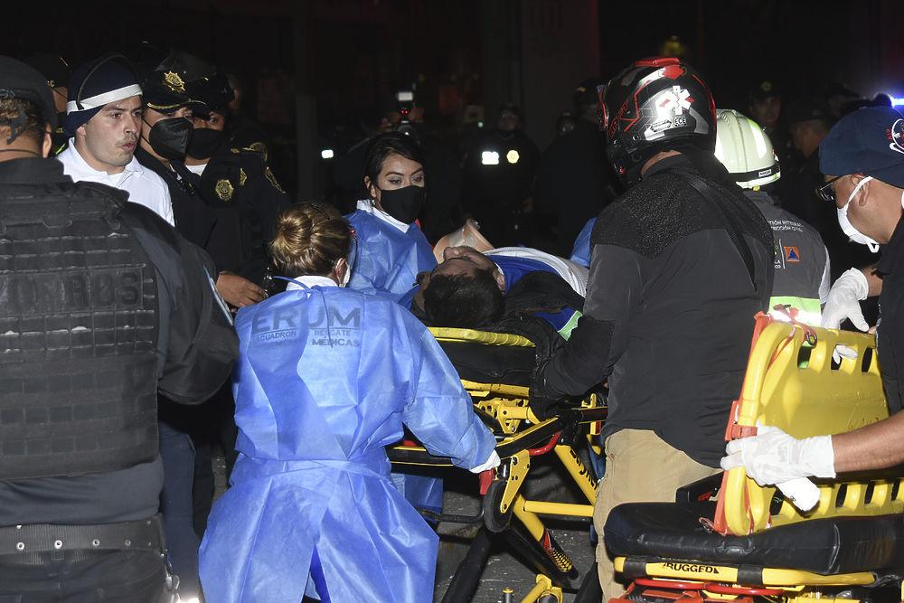 Рухнувший метромост в Мехико унес десятки жизней: фото с места