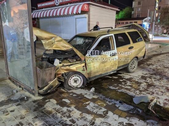 В Астрахани легковушка врезалась в остановку