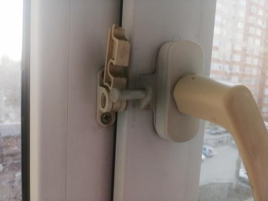 В Новотроицке малыш выпал с балкона