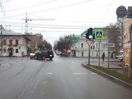 Вечером 3 мая в Кирове на перекрестке улиц Орловская и Ленина в районе музея Салтыкова-Щедрина случилось ДТП с пострадавшими