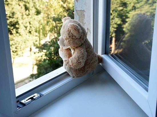 4-летняя девочка выпала с балкона 4-го этажа в Саянске