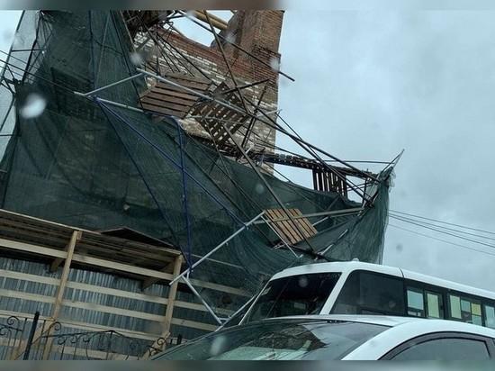 В Смоленске строительные леса рухнули на маршрутку с людьми