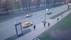 Водитель BMW скрылся: видео ДТП в центре Москвы