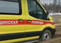 Машина скорой помощи застряла на размытой дороге в Новом Уренгое