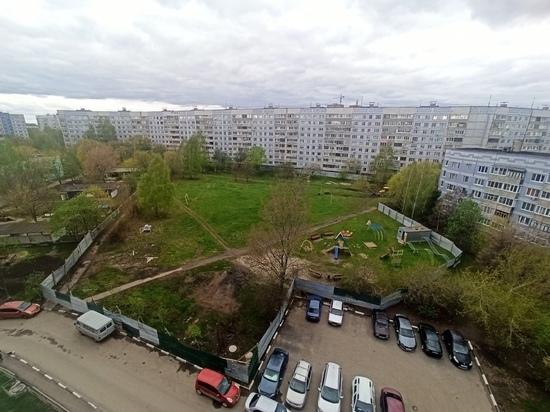 На огороженном участке на улице Бирюзова в Рязани строят ясли