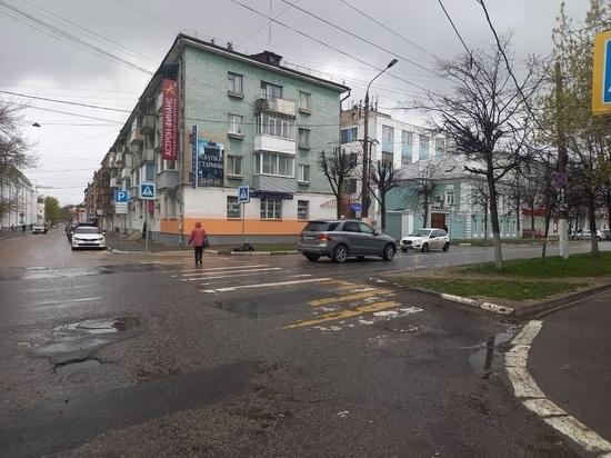 В центре Твери женщина переходила дорогу и угодила под колеса