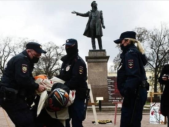 """""""Умник"""" Павел Крисевич устроил выставку картин о репрессиях и получил 10 суток"""
