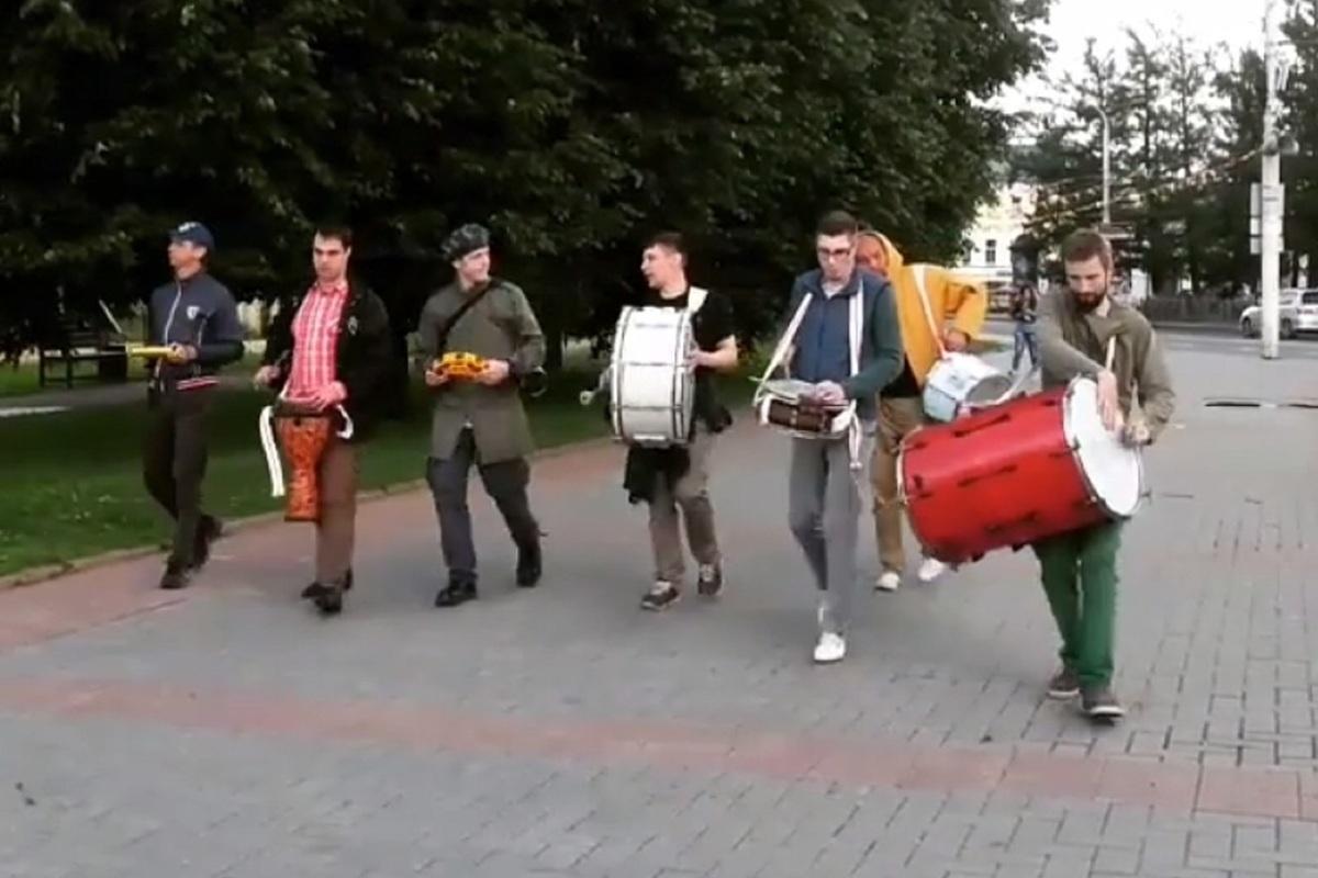 Костромские барабанщики вновь вышли на улицы, чтобы поднять настроение горожанам