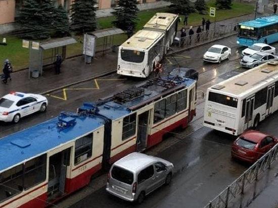 Водитель автобуса отключился и въехал в остановку на Кондратьевском проспекте