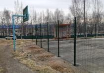 В Ванино на баскетбольной площадке забором отгородили кольцо для мяча
