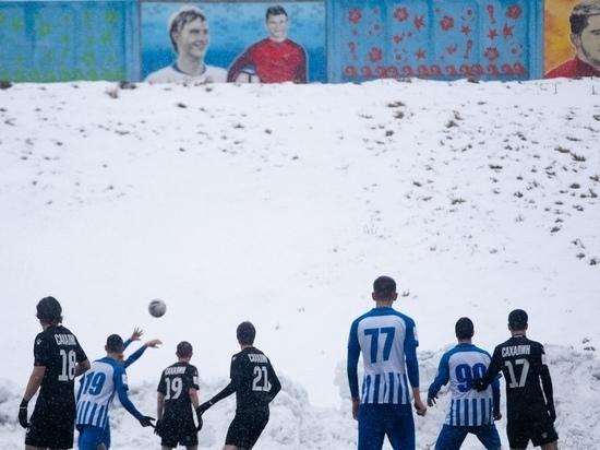 «Респект сибирякам»: иностранцы удивились зимнему футболу на Сахалине