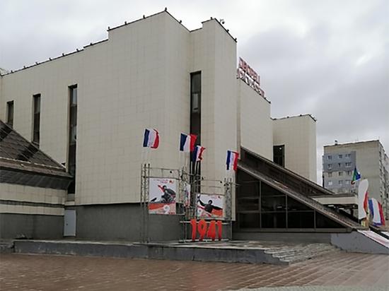 """Мэрия Нижневартовска рассказала, откуда на площади появились """"флаги Франции"""""""