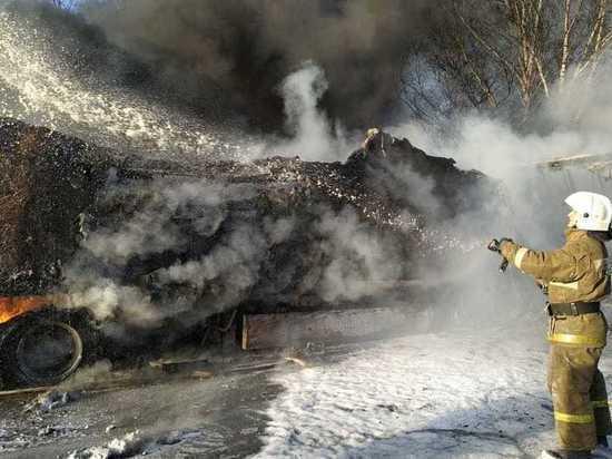 Восстановлено движение возле Екатеринбурга, где сгорели три грузовика