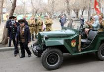 Красноярская полиция поздравила ветеранов ВОВ на ретро-машинах