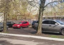 В Брянске автохамы устроили парковку на детской площадке